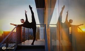 Nasze tournée po Meksyku startuje w tym roku w stolicy Mekstyku. Tancerz Xinghao Che z Shen Yun Touring Company zaczyna swój dzień od szpagatu na balkonie pokoju hotelowego (tancerz Sam Pu)