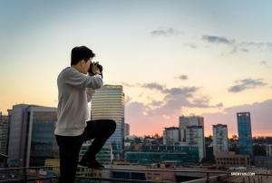 Główny tancerz William Li próbuje uchwycić zachód słońca ze swojego balkonu (tancerz Daniel Jiang)