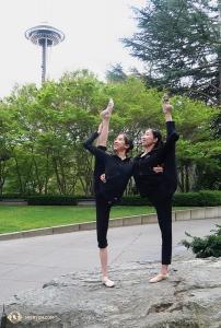 Tymczasem główna tancerka Elsie Shi (po prawej) i tancerka Vivian Dong ćwiczą utrzymywanie równowagi w Seattle, Waszyngton (tancerka Kexin Li)