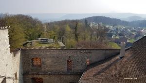 Z najwyższego punktu na zamku można zobaczyć dachy położonej w dolinie wioski Habsburg