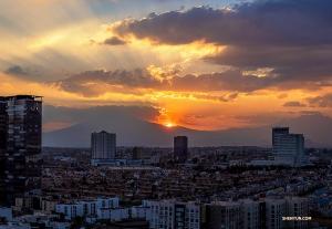 Słońce powoli zachodzi za stolicą Meksyku