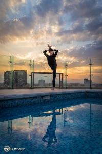 Na dachu hotelu Edwin Fu ćwiczy utrzymywanie równowagi przy basenie (William Li)