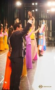 演出落幕時神韻世界藝術團的演員們向台灣桃園的觀眾揮手告別 ——這是他們今年的第100場演出!(攝影:Antony Kuo)
