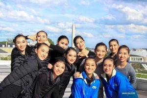<p>Lors de notre dernier jour à Washington, DC,laShen Yun North America Companypose entre deux représentations devant le monument emblématique de Washington.</p>