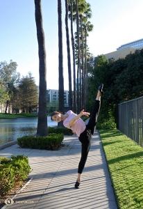 <p>Ne bougez plus ! Ce lampadaire est pratique pour les «danseuses-statues» Daoyong Zheng (G) et Angela Xiao.</p>