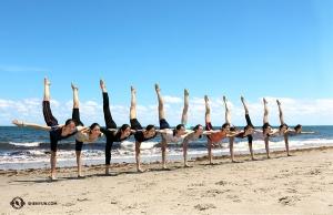<p>L'eau est trop agitée pour nager aujourd'hui, nous faisons donc plutôt une barrière de protection ! Les danseurs de la Shen Yun Global Company aux abords la plage Dania Beach à Fort Lauderdale, en Floride. (Photo de la danseuse Megan Li)</p>