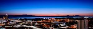 <p>Vue nocturne de notre ville d'excursions en Alaska, Anchorage, avec le sommet de la montagne le plus élevé d'Amérique du Nord, Denali, sur la droite. (Photo de TK Kuo)</p>