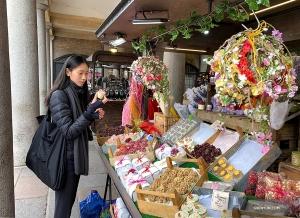 <p>Covent Garden est une place piétonne qui attire chaque année de nombreux visiteurs souhaitant explorer ses boutiques et ses restaurants.</p>