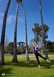 <p>Entre deux représentations à Costa Mesa, en Californie, la danseuse Angela Xiao se promène au bord du lac. (Photo de Kexin Li)</p>