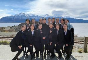 <p>Les danseuses utilisent l'impressionnant paysage de l'Alaska comme toile de fond pour une photo de groupe.</p>