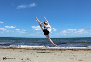 <p>La danseuse Wendy Ba saute gracieusement dans les airs sur le rivage de sable de la plage Dania à Fort Lauderdale.</p>