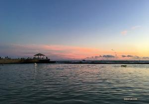 Tancerka Betty Wang uchwyciła zachód słońca nad Waikiki Beach