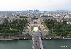 Widok na plac Trocadero, który składa sięz ogrodów i budynków zbudowanych w roku 1937 na międzynarodową wystawę