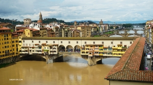 ダンサーの李可欣は、フィレンツェのシンボルのようなヴェッキオ橋を一枚。