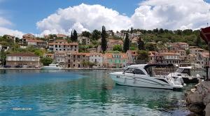 クロアチアでは、ダンサーのベティー・ワンが、モーターボートでショルタ島に停泊。島々を点々と廻った。