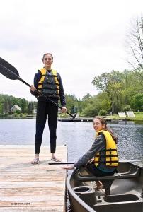 ペンシルベニア州ルイス湖でカヌーに乗り込むリリー・パーカー(左)とケイティ・パーカー(右)。