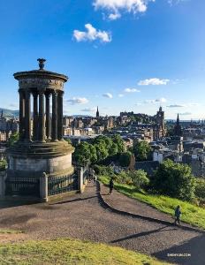 司会者のビクトリア・ヂョウは、ダグラス・スチュアート記念碑からスコットランドのエディンバラを臨む景観を撮影。