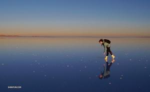 日没に塩湖を歩く。