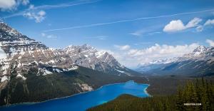 ペイトー湖。氷河の岩粉を含むため、湖水がこのような強烈な青に照らし出される。