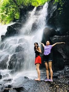 Xindi Cai (po prawej) cieszy się z pobytu na Bali.