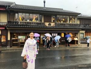 Korenferansjerka Nancy Zhang w drodze do lasu bambusowego Arashiyama w Kioto, Japonia.