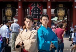 Tancerze-bracia William (po lewej) i Victor Li przed świątynią Sensō-ji  w Asakusa, Japonia