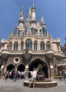 Pierwsza tancerka Melody Qin przybyła do parku rozrywki Disneya w Tokyo.