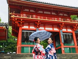 Następnie, jak wielu naszych artystów, pojechały do Japonii, by doświadczyć jej pięknej tradycyjnej kultury – (od lewej) Diana Teng i Ashley Wei odwiedzają świątynię Yasaka ubrane w kimona.