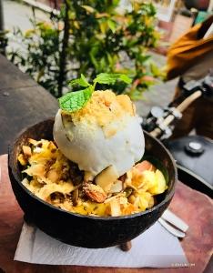 Na Bali znajdziecie wspaniałe produkty z kokosa – ten deser lodowy to podobno najlepsze lody kokosowe w tym regionie. (Ashley Wei)