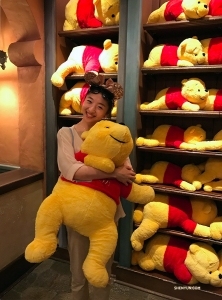 Melody Qin znalazła nowego przyjaciela w Puchatkowym kąciku.