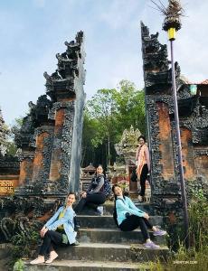 <p>Medurs från högst upp: Dansarna Diana Teng, Xindi Cai, Sophie Xie och konferencier Ashley Wei trakterade sig en semester i Bali, Indonesien.</p><p>Xindi Cai (höger) tycker det är spännande att vara på Bali.</p><p>Diana Teng njuter av spänningen av Balis otroliga djungelgungor. </p><p>Ashley Wei (vänster) och Diana Teng hittar en lugn plats för att återhämta sig från adrenalinruset.</p><p>Bali har fantastiska kokosnötsprodukter - den här fruktglassen sägs vara den bästa kokosnötglassen i området. (Foto: Ashley Wei)</p><p>Vännerna på väg för att titta på solnedgången från Uluwatu-templet.</p><p>Därnäst reste de, liksom många av våra artister, till Japan för att uppleva dess vackra traditionella kultur - Diana Teng (vänster) och Ashley Wei besöker Yasaka-helgedomen i kimonos.</p><p>Konferencier Nancy Zhang på väg till Arashiyamas bambulundar i Kyoto, Japan.</p><p>Templet Byodo-In i Uji, Japan. (Foto: Nancy Zhang) </p><p>Dansarbröderna William (vänster) och Victor Li framför Sensoji-templet i Asakusa, Japan.</p><p>En belönande utsikt efter att ha klättrat upp till berget Komagatake. (Foto: William Li)</p><p>Nästa stopp: Fuji-san. (Foto: William Li)</p><p>Från Fujinomiyas 5:e station är bröderna redo att ta sig upp till berget Fuji.</p><p>Solistdansare Melody Qin anländer till Tokyos Disney.</p><p>Melody Qin hittar en ny vän i butiken med Puh-nallar. </p><p>Efter Disneyland gav sig Melody Qin ut på bergsklättring.
