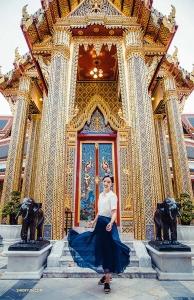 Tancerka Michelle Wu w Wat Ratchabophit – buddyjskiej świątyni w Bangkoku, Tajlandia.