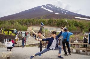 Ze stacji Fujinomiya 5th Station bracia wyruszą na szczyt góry Fuji.