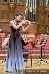 A virtuosa violinista Fiona Zheng busca o melhor som na National Concert Hall.