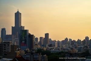 Um relaxante pôr-do-sol na paisagem urbana ajuda os músicos a relaxarem após a matinê.