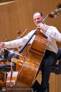Il primo bassista Juraj Kukan se la spassa durante il riscaldamento