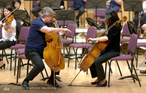 I violoncellisti Aleksander Dardykin e Yu-Chien Yuan discutono sulla presa dell'archetto.