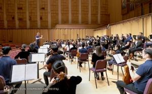 A Orquestra viajou para o sul até Pingtung. Uma visão do ensaio por trás da seção de violoncelo.