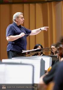 O maestro Milen Nachev lidera um ensaio no Pingtung Performing Arts Center.