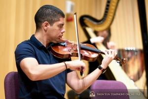 O violista Gustavo Briceño pratica no Pingtung Performing Arts Center, em Taiwan.