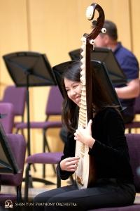 La suonatrice di pipa Yuru Chen si diverte durante della sessione