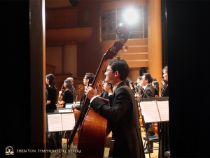 Musicians receive applause at the Hsinchu Performing Arts Center. (Photo by erhu soloist Linda Wang)