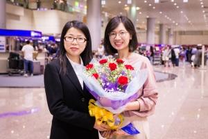La violinista solista Fiona Zheng riceve in dono un bel bouquet di fiori.