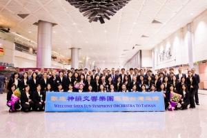 Bem-vindos a Taiwan! A Orquestra Sinfônica do Shen Yun posa para uma foto em grupo no aeroporto antes de pegar o ônibus.