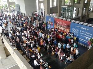 O público espera do lado de fora da sala de concertos.