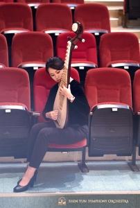 静かにウォーミングアップする琵琶奏者の陳煜茹。雲林県文化局演芸庁で。
