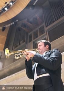 トランペットのプリンシパル奏者、エリック・ロビンズ。ロイ・トムソン・ホールのパイプオルガンを背に。