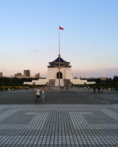 夕日を背にした、台北の中央にある中正紀念堂。