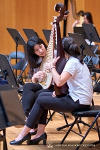 琵琶奏者二人:リアン•ユと陳煜茹。