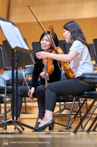 Concertmaster Chia-Chi Lin discusses a passage with principal violist Rachel Chen at Hsinchu Performing Arts Center.